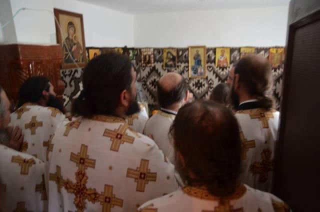 Preoti-citind-rugaciuni-in-chilia-Parintelui-Justin