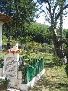 450px-Mănăstirea_Sihăstria_Voronei Mormantul Sf Cuvios Onufrie de la Vorona  cu marul