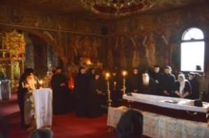 mitropolitul-teofan-langa-sicriul-parintelui-justin-17-06-2013